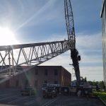 Starting to boom the crane up.