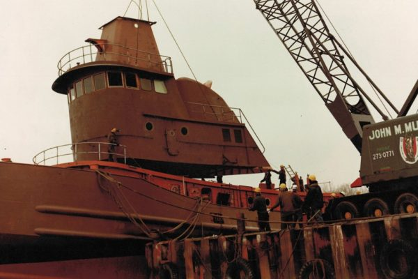 Mullins Rigging Matton Shipyard in Troy lifting house onto new tugboat. Weight: 33 Ton.